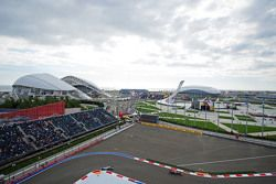 Daniil Kvyat, Red Bull Racing RB11, devance Lewis Hamilton, Mercedes AMG F1 W06