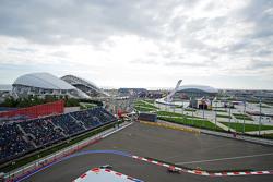 Daniil Kvyat, Red Bull Racing RB11 lidera a Lewis Hamilton, Mercedes AMG F1 W06