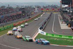 Scott McLaughlin und Alexandre Prémat, Garry Rogers Motorsport Volvo, in Führung