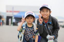 Young Toyota fans