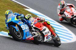 Aleix Espargaro, Team Suzuki MotoGP, en bagarre contre Andrea Iannone, Ducati Team