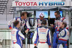 Stephane Sarrazin, Sebastien Buemi, dan Pascal Vasselon, Technical Director Toyota Racing