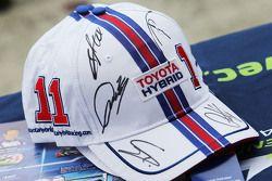 Topi Toyota Racing dengan tanda tangan