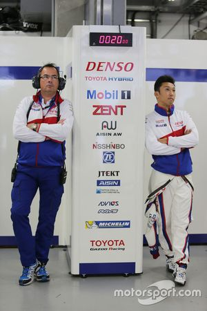 Казуки Накаджима, Toyota Racing и Роб Леупен, операционный бизнес директор Toyota Racing