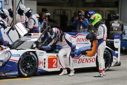 Stephane Sarrazin, dan Mike Conway, Technical Director Toyota Racing