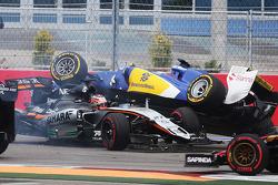 Nico Hülkenberg, Sahara Force India F1 VJM08, und Marcus Ericsson, Sauber F1 Team, kollidieren am St