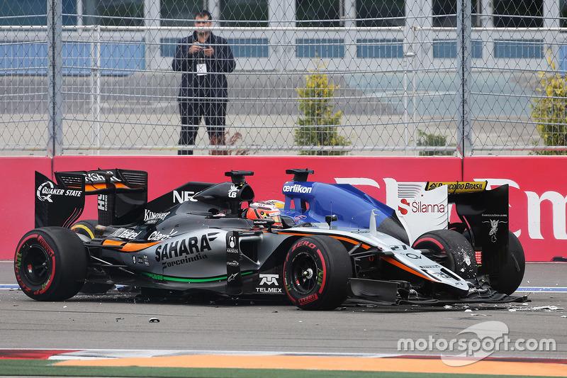 Увернуться от Нико успели не все: Эрикссону просто некуда было деваться, и его Sauber замерла рядом с Force India. Пострадал и Ферстаппен, чье заднее колесо Хюлькенберг зацепил передним крылом