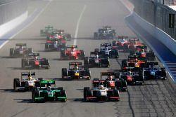 Ричи Стэнэвей, Status Grand Prix едет впереди Артура Пика, Campos Racing