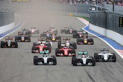 Départ : Nico Rosberg, Mercedes AMG F1 mène devant son équipier Lewis Hamilton, Mercedes AMG F1