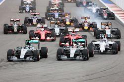 Start: Nico Rosberg, Mercedes AMG F1 aan de leiding voor Lewis Hamilton, Mercedes AMG F1