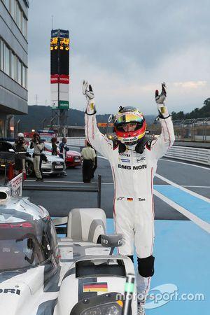 Pemenang balapan, Timo Bernhard, Porsche Team bersuka cita di parc ferme