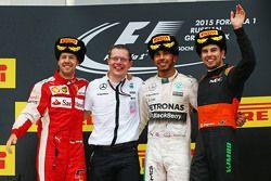 Podium : le deuxième, Sebastian Vettel, Ferrari, le vainqueur Lewis Hamilton, Mercedes AMG F1 et le troisième, Sergio Perez, Sahara Force India F1
