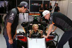 Sergio Perez, Sahara Force India F1 met verspringster Darya Klishina en Nico Hulkenberg, Sahara Forc