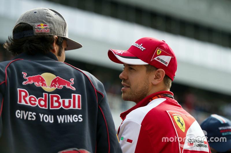 Carlos Sainz Jr., Scuderia Toro Rosso con Sebastian Vettel, Ferrari en el desfile de pilotos