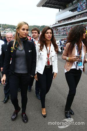 Carmen Jorda, Lotus F1 Team Development Driver with Fabiana Flosi, on the grid