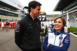 Toto Wolff, Mercedes-Sportchef, mit Claire Williams, Williams, stellvertretende Teamchefin, in der S