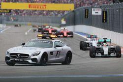 Lewis Hamilton, Mercedes AMG F1 W06 achter de FIA Safety Car