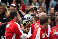 Sergio Perez, Sahara Force India F1, feiert Platz 3 im Parc Fermé mit dem Team