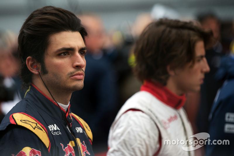Carlos Sainz Jr., Scuderia Toro Rosso en la parrilla observa el himno nacional