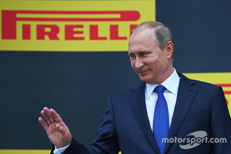 Vladimir Putin, Rusya Federasyon Başkanı podyumda