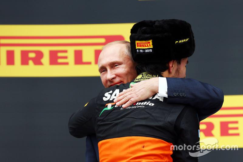 Sergio Perez podyumda Rusya Federasyon Başkanı Vladimir Putin'le üçüncülüğünü kutluyor