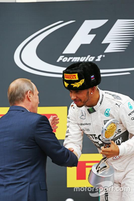 Yarış Galibi Lewis Hamilton, Mercedes AMG F1 podyum kutlaması ile Vladimir Putin, Rusya Federasyon Başkanı