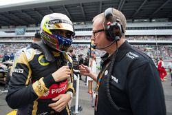 Pastor Maldonado, Lotus F1 Team with Mark Slade, Lotus F1 Team Race Engineer on the grid