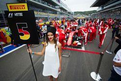 La Grid Girl de Sebastian Vettel, Ferrari SF15-T sur la grille