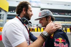 Matteo Bonciani, FIA-Pressesprecher, mit Carlos Sainz Jr., Scuderia Toro Rosso, in der Startaustellu