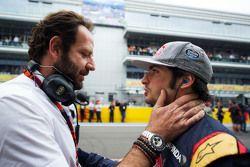 Matteo Bonciani, délégué médias de la FIA avec Carlos Sainz Jr., Scuderia Toro Rosso sur la grille