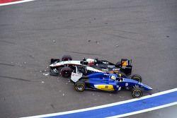 Nico Hulkenberg, Sahara Force India F1 VJM08 and Marcus Ericsson, Sauber C34 crash at the start of the race