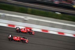 Sebastian Vettel, Ferrari SF15-T, und Teamkollege Kimi Räikkönen, Ferrari SF15-T, im Zweikampf