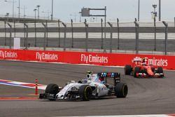 Valtteri Bottas, Williams FW37 devant Kimi Raikkonen, Ferrari SF15-T