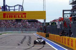 Le vainqueur Lewis Hamilton, Mercedes AMG F1 W06 passe sous le drapeau à damiers et remporte la course
