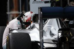 Le vainqueur Lewis Hamilton, Mercedes AMG F1 W06 fête sa victoire dans le Parc Fermé