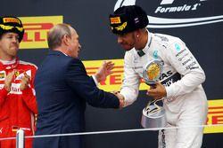 Le vainqueur Lewis Hamilton, Mercedes AMG F1 fête sa victoire sur le podium avec Vladimir Poutine, Président de la Fédération de Russie