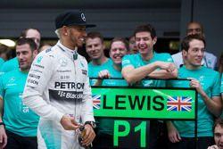 Le vainqueur Lewis Hamilton, Mercedes AMG F1 fête sa victoire avec son équipe