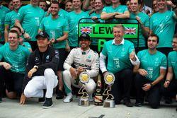 Le vainqueur Lewis Hamilton, Mercedes AMG F1 fête sa victoire avec son équipier Nico Rosberg, Mercedes AMG F1 et l'équipe
