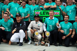 Race winner Lewis Hamilton, Mercedes AMG F1 celebrates with team mate Nico Rosberg, Mercedes AMG F1 and the team