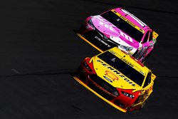 Kyle Busch, Joe Gibbs Racing Toyota y Joey Logano, Team Penske Ford