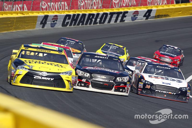 Метт Кенсет, Joe Gibbs Racing Toyota anМайкл Аннетт, HScott Motorsports Chevrolet та Девід Гілланд , Front Row Motorsports Ford