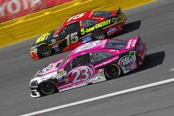 Jeb Burton, BK Racing Toyota et Clint Bowyer, Michael Waltrip Racing Toyota