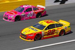 Landon Cassill, Hillman Circle Sport LLC Chevrolet; Joey Logano, Team Penske Ford