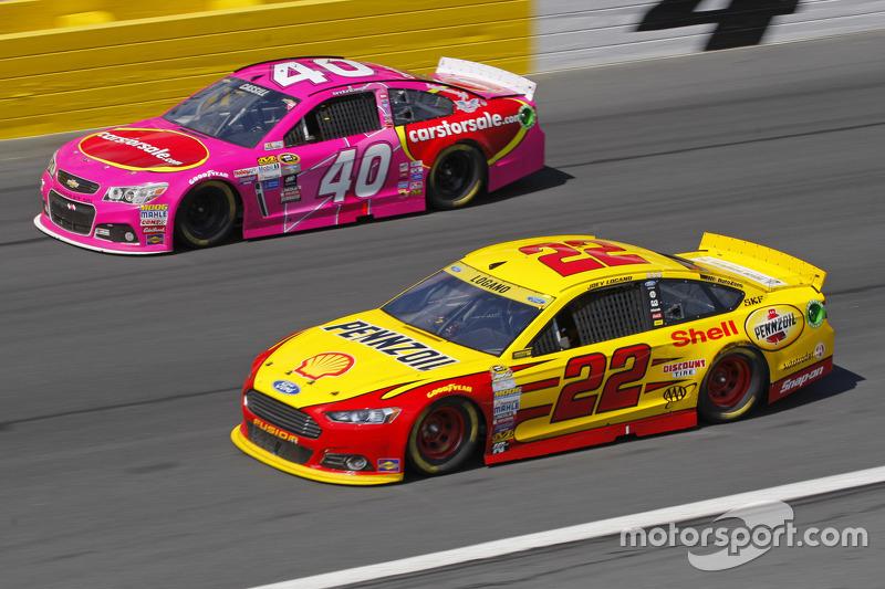 Landon Cassill, Hillman Circle Sport LLC Chevrolet et Joey Logano, Team Penske Ford