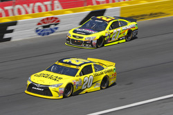 Paul Menard, Richard Childress Racing Chevrolet et Matt Kenseth, Joe Gibbs Racing Toyota