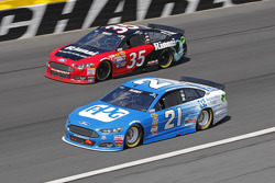 Cole Whitt, Front Row Motorsports Ford et Ryan Blaney, Woods Brothers Racing Ford
