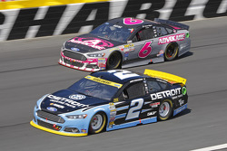 Brad Keselowski, Team Penske Ford et Trevor Bayne, Roush Fenway Racing Ford