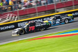 Martin Truex Jr., Furniture Row Racing Chevrolet et Brad Keselowski, Team Penske Ford