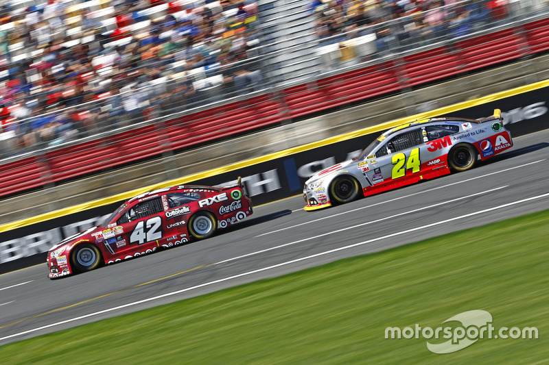 Kyle Larson, Chip Ganassi Racing Chevrolet and Jeff Gordon, Hendrick Motorsports Chevrolet