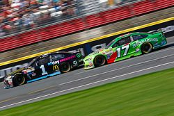 Jamie McMurray, Chip Ganassi Racing Chevrolet et Ricky Stenhouse Jr., Roush Fenway Racing Ford
